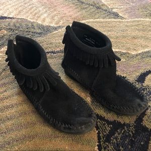 Girls Minnetonka Black Fringe Moccasin Boots sz 12